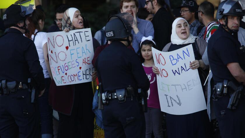 Protestas en el aeropuerto de Los Ángeles por el decreto del presidente Donald Trump de prohibir la entrada a personas de siete países: Irak, Siria, Irán, Libia, Somalia, Sudán y Yemen.