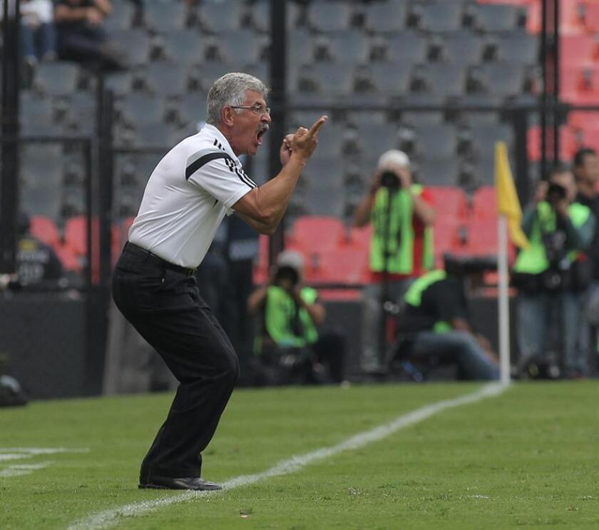 El técnico brasileño Ricardo Ferretti, de Tigres, gesticula el sábado 12 de septiembre de 2015, durante un juego, entre América y Tigres, correspondiente a la jornada 8 del torneo mexicano de fútbol, celebrado en el estadio Azteca en Ciudad de México (México). EFE/Archivo