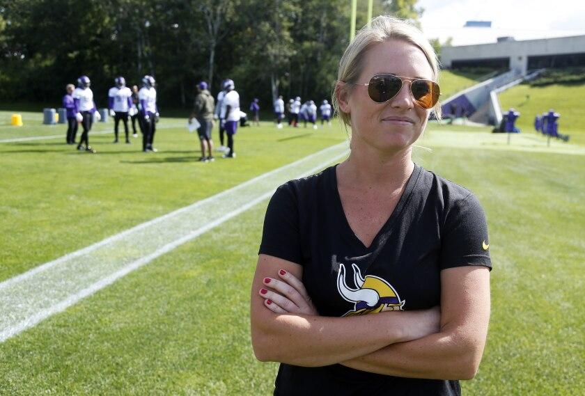 ARCHIVO.- Foto del 5 de septiembre del 2017 la coordinadora de visores de los Vikings de Minnesota Kelly Kleine durante un entrenamiento. El lunes 17 de mayo del 2021 los Broncos contratan a Kleine como nueva directora ejecutiva de operaciones y asesora especial al gerente general (AP Photo/Jim Mone, File)