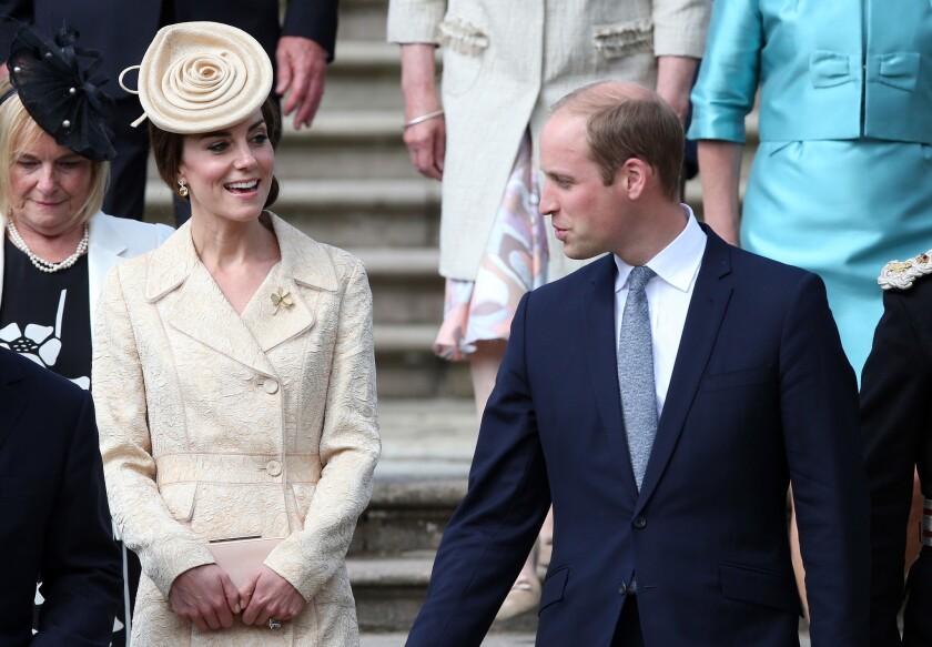 El príncipe Guillermo de Inglaterra y su esposa Catalina, duquesa de Cambridge, asisten a una fiesta de la secretaria de Estado de Irlanda del Norte, Theresa Villiers, en el castillo de Hillsborough, una residencia oficial, en Irlanda del Norte. (Brian Lawless/PA via AP)