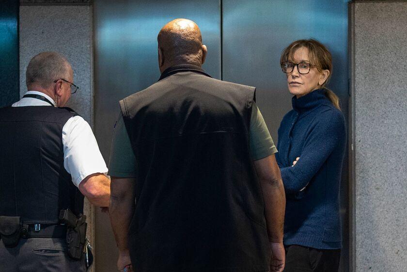 La actriz Felicity Huffman es mostrada en un edificio federal de Los Ángeles, California, luego de ser arrestada en su casa.