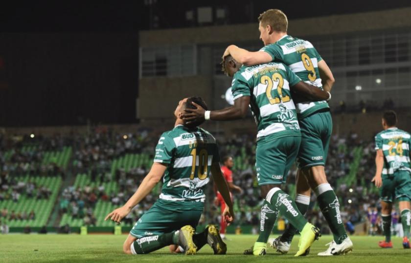 ARCHIVO.- Jugadores de Santos celebran un gol