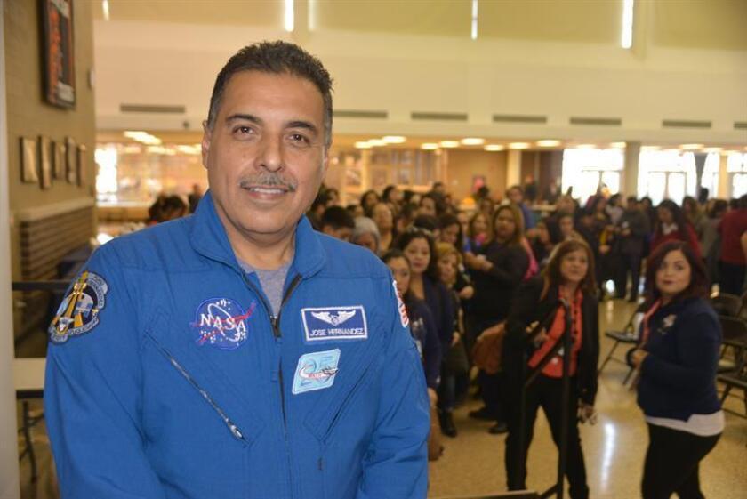 El astronauta José Hernández posa para Efe durante una entrevista en medio de una charla en una escuela secundaria de Cicero, en Illinois (Estados Unidos). EFE