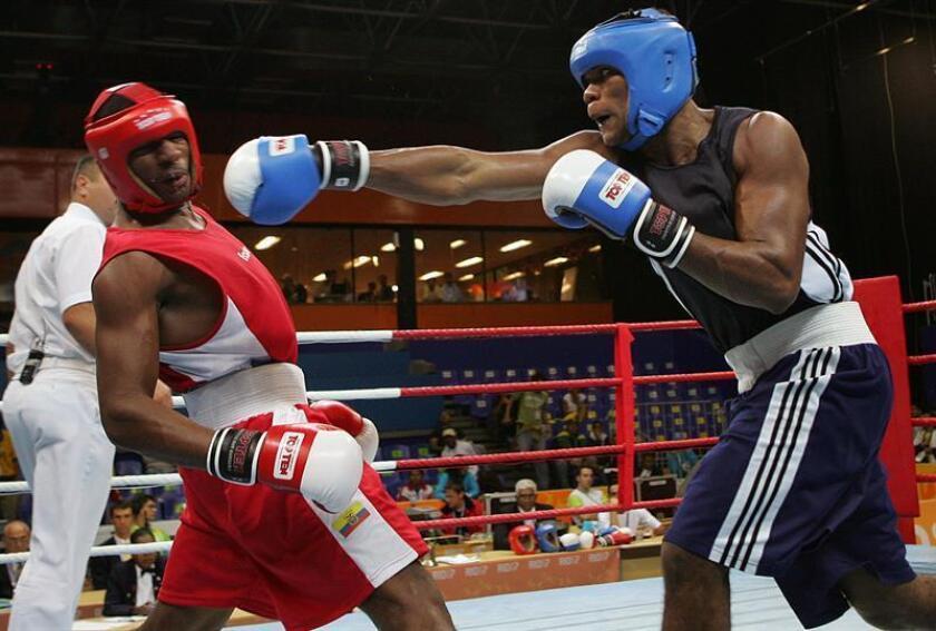 El colombiano Eleider Álvarez, (der) retador obligatorio y primer clasificado en peso semicompleto del Consejo Mundial de Boxeo (CMB), mantuvo su estatus y tendrá una opción de pelear por el título de su división, informó hoy el organismo. EFE/ARCHIVO