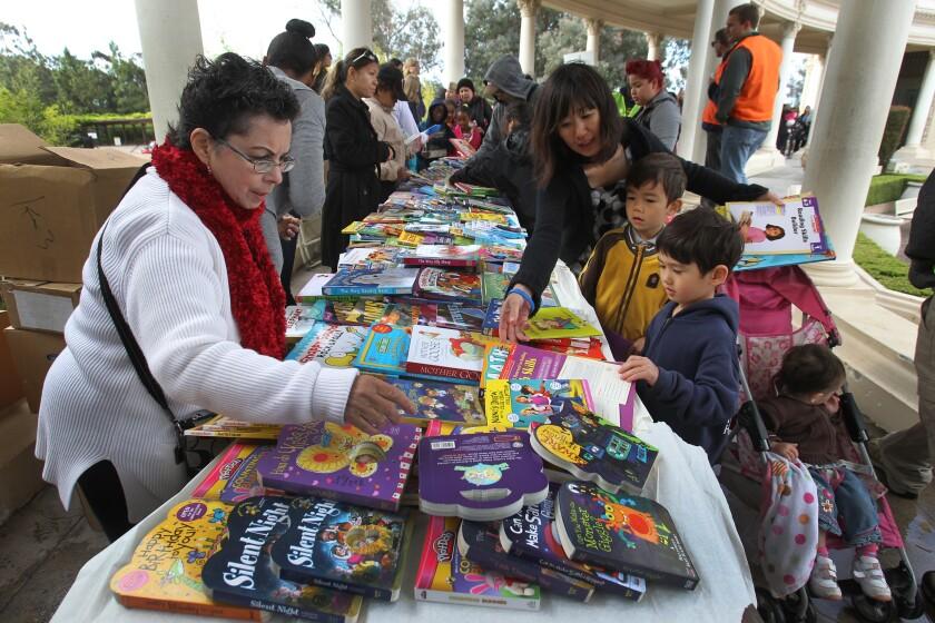 entrega de libros para niños en Balboa Park.