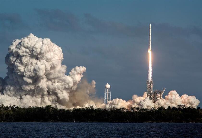 Un cohete Falcon 9 de la compañía espacial SpaceX con 10 satélites de la empresa de telecomunicaciones Iridium NEXT despegó hoy con éxito de la base aérea de Vandenberg, en California. EFE/Archivo
