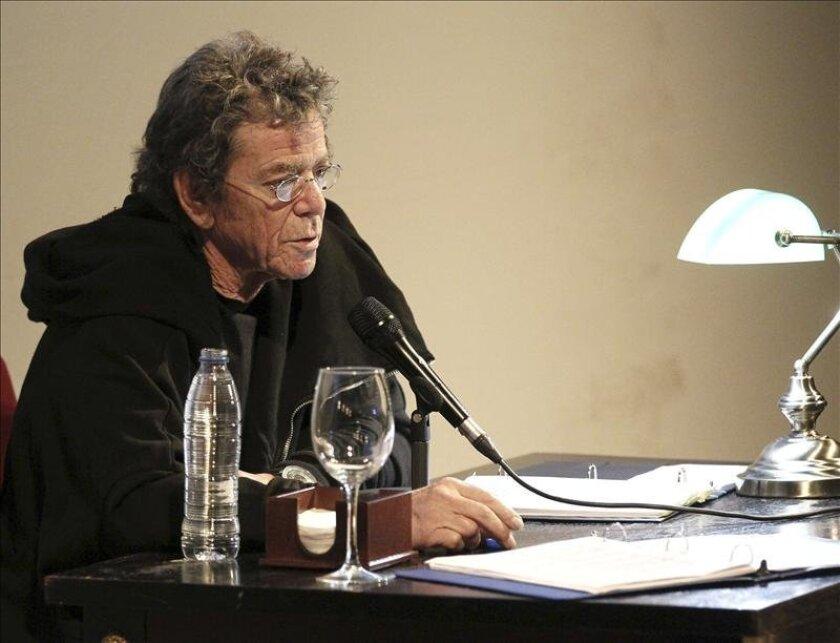 """El artista Lou Reed en noviembre de 2012 durante la lectura poética en el Teatro Español, en Madrid, con motivo de su exposición fotográfica """"Rimas"""". EFE/Archivo"""