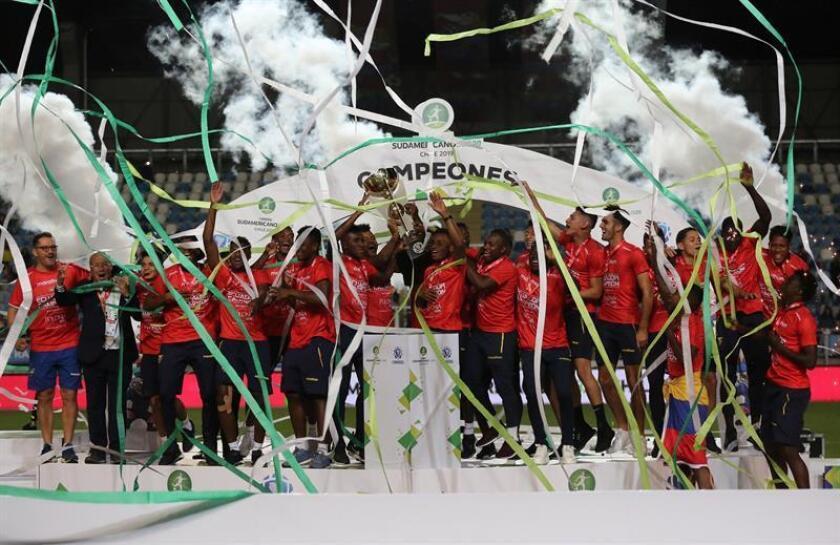 Jugadores de la selección ecuatoriana de fútbol celebran luego de ganar este domingo el campeonato Sudamericano sub'20 disputado en el estadio El Teniente en Rancagua (Chile). EFE
