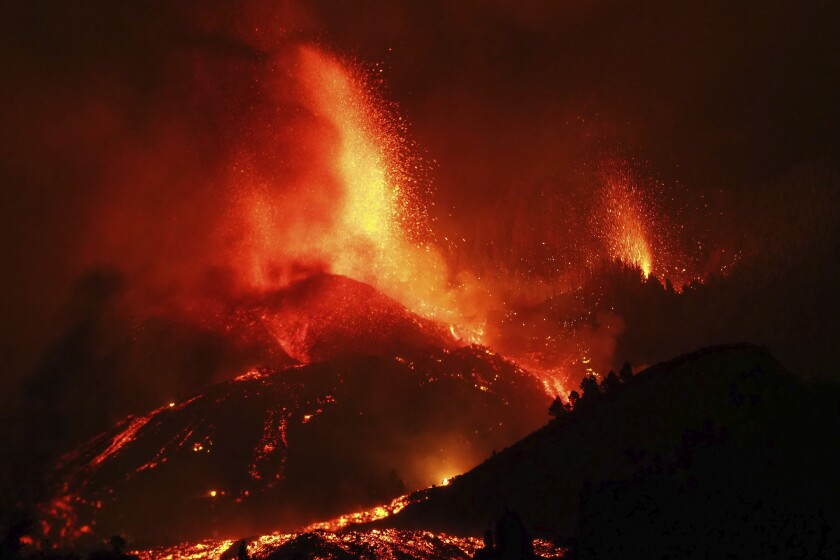 Lava saliendo de una erupción volcánica cerca de El Paso, en la isla de La Palma