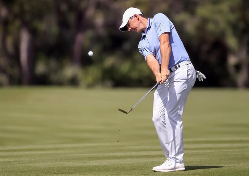 El golfista norirlandés Rory McIlroy golpea la bola en el 2? hoyo este viernes durante la segunda manga del torneo The Players Championship de golf disputado en el club TPC Sawgrass de Ponte Vedra, Florida (Estados Unidos). EFE