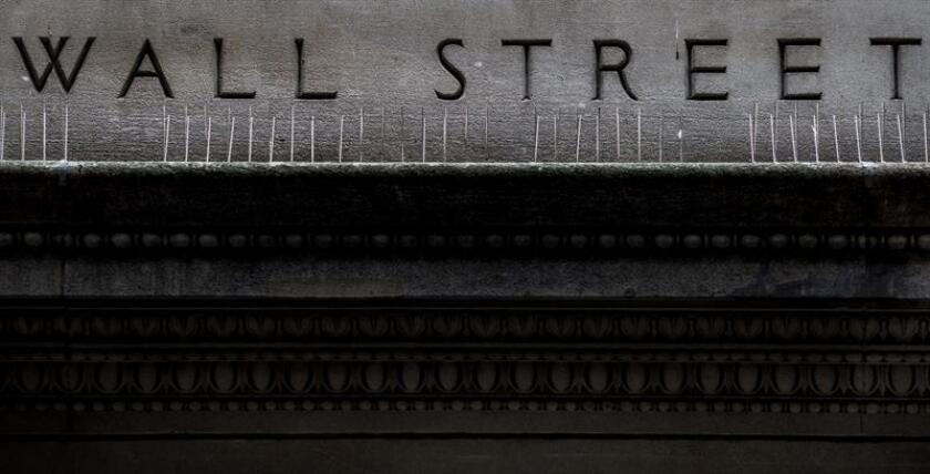 En un viaje del cielo a la tierra se convirtió el primer trimestre del año para Wall Street, que pasó de la euforia por las alzas de enero a rachas negativas que pusieron a temblar a los inversores en los dos meses siguientes. EFE/EPA/ARCHIVO