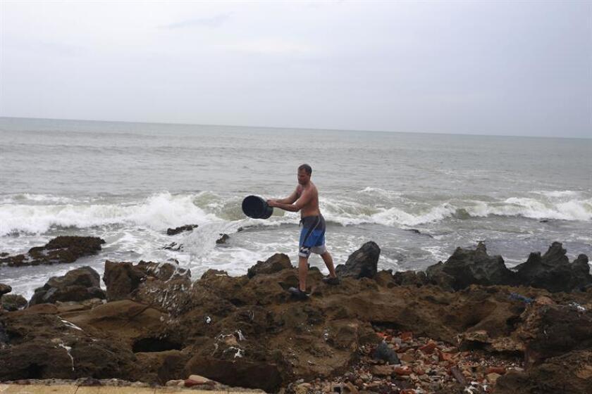 Un perscador intenta recuperar sus materiales perdidos por el huracán María. La Guardia Costera de EEUU pidió hoy a la población de Puerto Rico y las Islas Vírgenes que se prepare para la temporada de huracanes de 2018 que comienza hoy y que se extenderá hasta finales del próximo mes de noviembre. EFE/Archivo