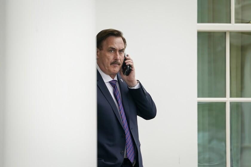 El CEO de MyPillow, Mike Lindell, espera fuera del Ala Oeste de la Casa Blanca antes de entrar