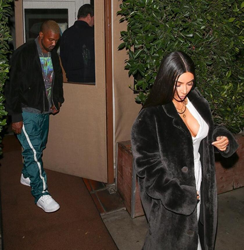 Kim lució un jumpsuit blanco con un gran escote que combinó con un espectacular abrigo negro, maquillaje y peinado perfectamente coordinados.