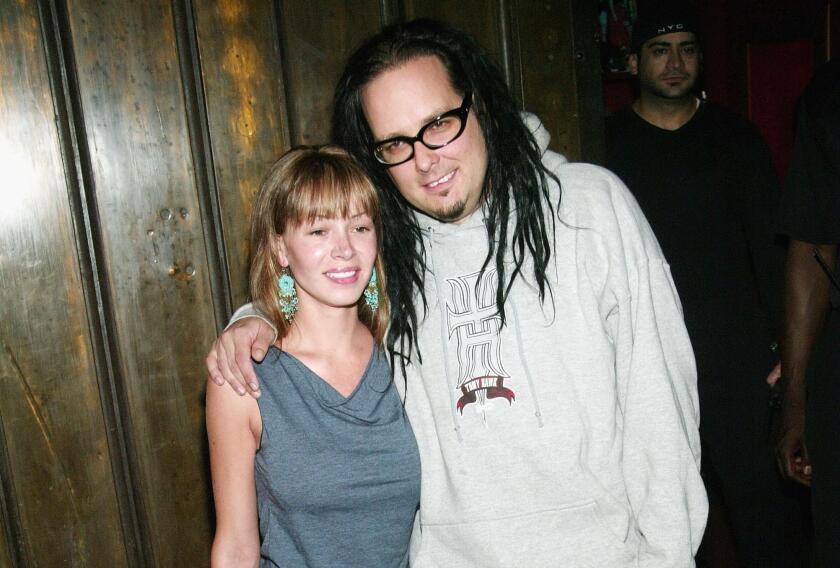 El cantante de Korn, Jonathan Davis, aparece al lado de su esposa Devan, quien acaba de fallecer.
