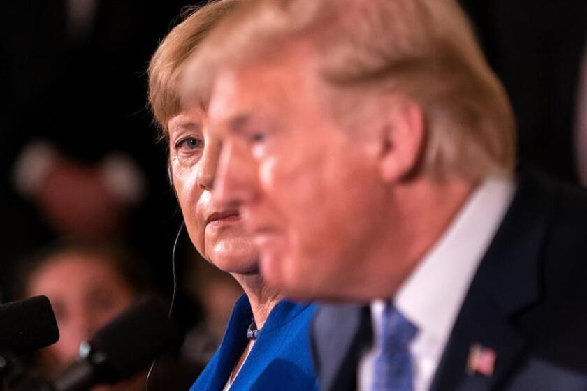 La canciller alemana, Angela Merkel (izda), observa al presidente estadounidense, Donald J. Trump (dcha) durante una rueda de prensa conjunta tras su encuentro en Washington, DC, Estados Unidos, hoy, 27 de abril de 2018. EFE