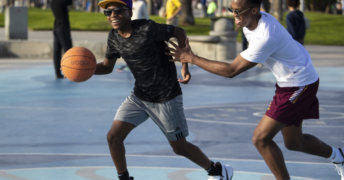 ヴェネツィアビーチ、hoopsters名誉Kobe bryantのようにチャンネルといったバスケットボールコート