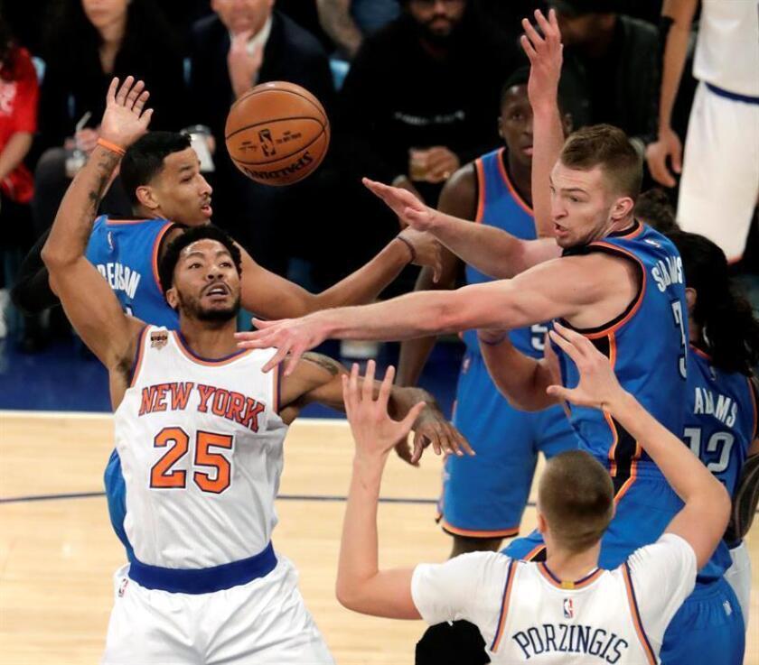 Derrick Rose (i) de New York Nicks en acción ante Andre Roberson (i) y Domantas Sabonis (d) de Oklahoma City Tunders este lunes 28 de noviembre de 2016, en el Madison Square Garden de Nueva York (Estados Unidos). EFE