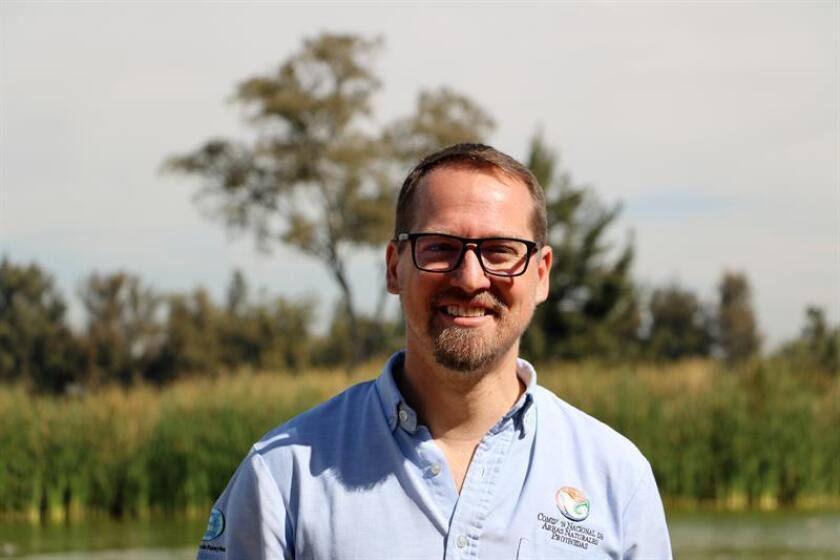 Fotografía cedida este viernes, que muestra al titular de la Comisión Nacional de Áreas Naturales Protegidas (Conanp), Andrew Rhodes, durante un recorrido por la reserva de Sian Ka'an, en Quintana Roo (México). EFE/SOLO USO EDITORIAL