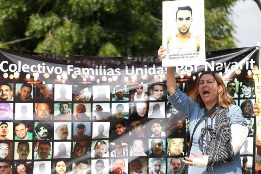 Un grupo de familiares de personas desaparecidas protestan hoy, viernes 21 de septiembre de 2018, en el exterior de las instalaciones del Instituto Jalisciense de Ciencias Forenses, en la ciudad de Guadalajara, en el estado de Jalisco (México). EFE