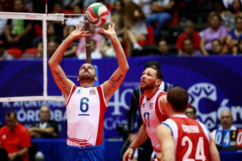 El puertorriqueño Ángel Pérez (i) hace un pase durante un juego de la Copa Panamericana de Voleibol Masculino. EFE/Archivo