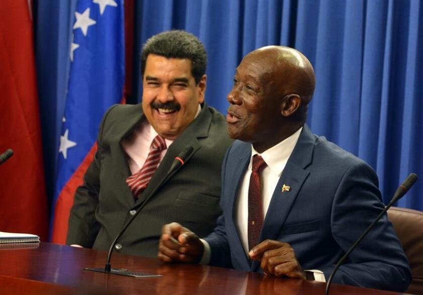 El presidente de Venezuela, Nicolás Maduro (i), y el Primer Ministro de Trinidad y Tobago, Keith Rowley (d). EFE/Archivo