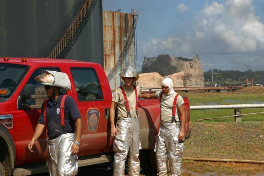 Fotografía de archivo de unos bomberos trabajando en la extinción de un incendio. EFE/Archivo