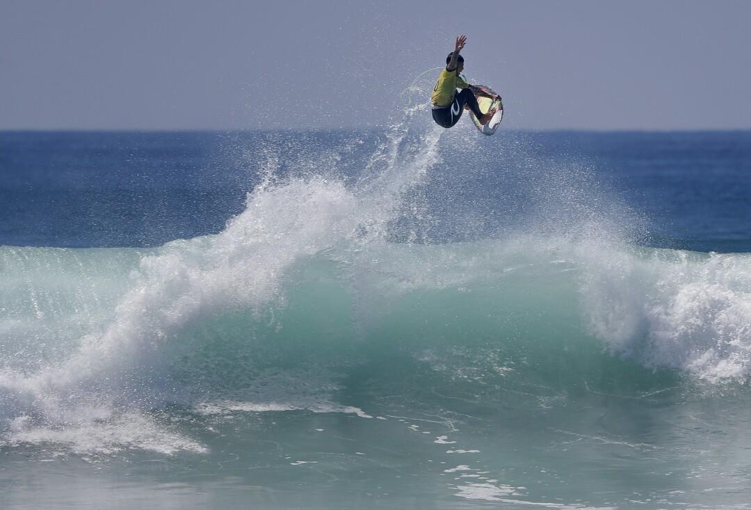 Gabriel Medina do Brasil faz uma viagem aérea a caminho de se tornar o campeão mundial no Mundial de Surf