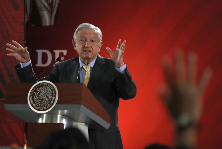 En esta fotografía del viernes 8 de marzo de 2019, el presidente Andrés Manuel López Obrador responde preguntas de los periodistas en su conferencia de prensa diaria en el Palacio Nacional, en la Ciudad de México. (AP Foto/Marco Ugarte)