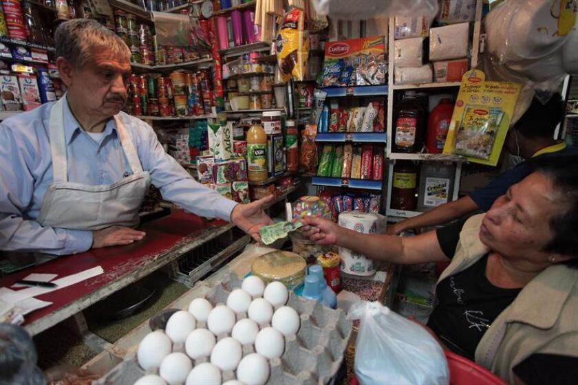 Una mujer compra sus productos básicos en Ciudad de México. EFE/Archivo