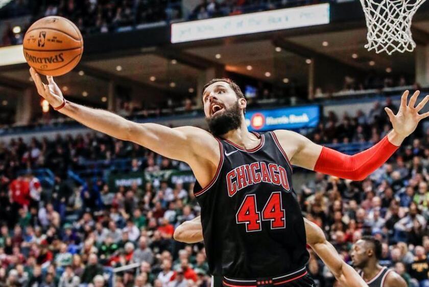 Nikola Mirotic, ala-pívot montenegrino español de los Bulls de Chicago, fue registrado este lunes al atacar el aro que defendían los Bucks de Milwaukee, durante un partido de la NBA, el Centro BMO Harris Bradley de Milwaukee (Wisconsin, EE.UU.). EFE