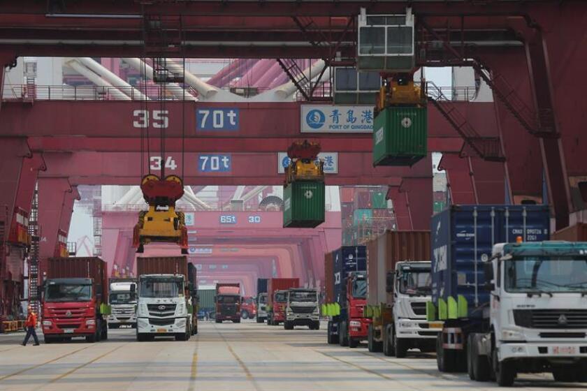 Actividad en el puerto comercial de Qingdao, en la provincia china de Shandong. EFE/Archivo