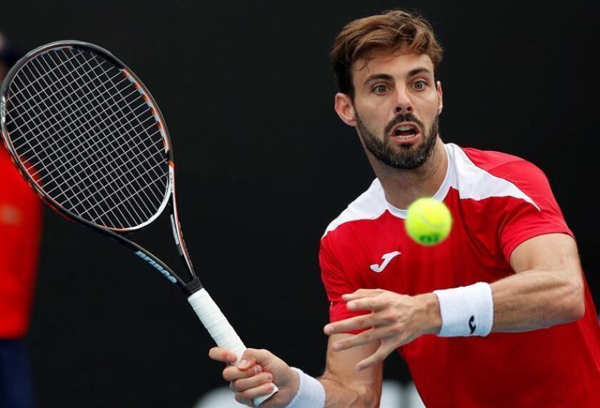 El tenista español Marcel Granollers devuelve la bola al rumano Marius Copil durante su partido disputado en la segunda jornada del Abierto de Australia de tenis, en Melbourne, hoy, 15 de enero de 2019. EFE