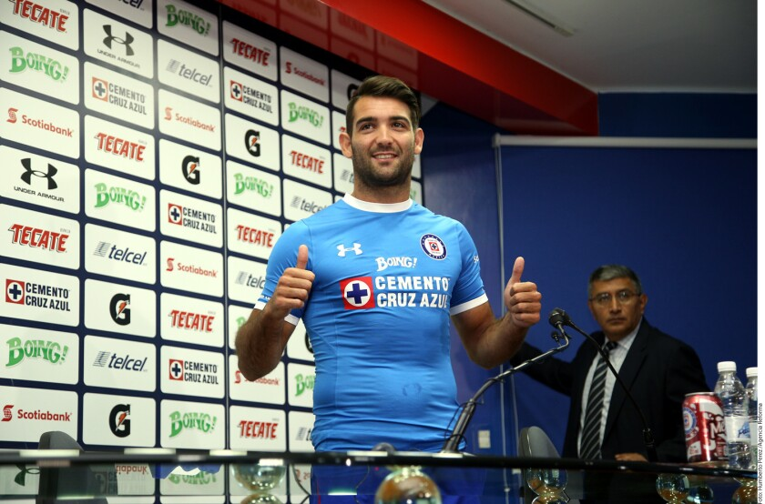Cruz Azul presentó hoy a su último refuerzo para el Clausura 2017, Martín Cuauteruccio.