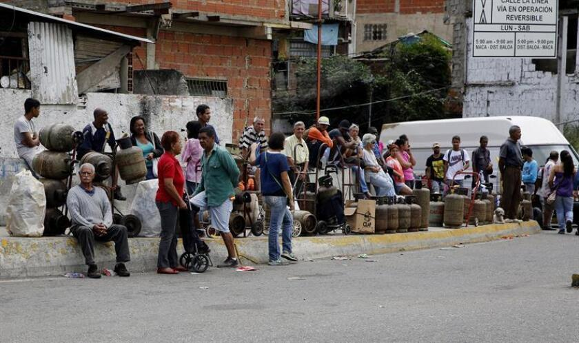 Residents of the 5 de Julio district in Caracas, Venezuela, stand in line to buy gasoline on Jan. 26, 2019. EPA-EFE/Leonardo Muñoz