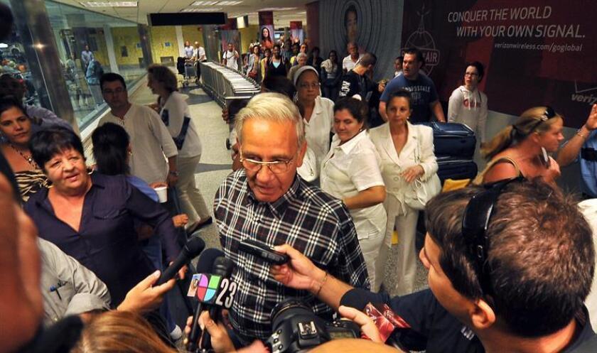 Fotografía de archivo (27/09/2010) en donde aparece el expreso político cubano Arturo Pérez de Alejo Rodríguez, integrante del llamado Grupo de los 75, hablando con periodistas a su llegada al aeropuerto de Miami, Florida. Pérez de Alejo falleció hoy en Miami a la edad de 66 años a causa de una enfermedad, informó hoy Martí Noticias. Pérez de Alejo fue detenido en 2003 durante la llamada Primavera Negra, junto a otros 74 opositores pacíficos al régimen castrista, y condenado a 20 años de prisión, pero fue excarcelado en 2010 y ese mismo año llegó a Miami con su familia tras haber pasado un tiempo en España. EFE/Archivo/Gastón de Cárdenas