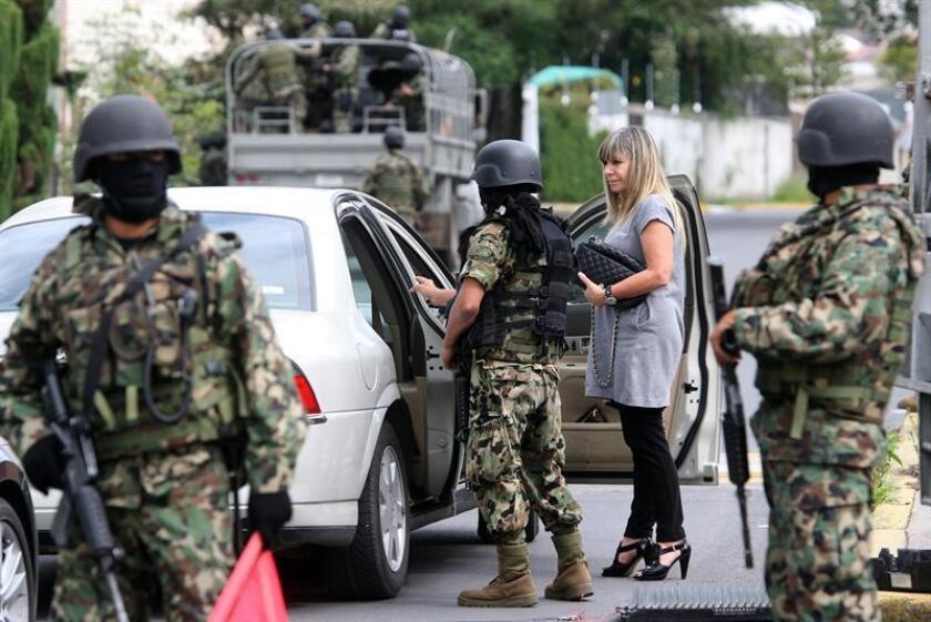 Soldados de la Marina Armada de México implementan un puesto de revisión. EFE/Archivo