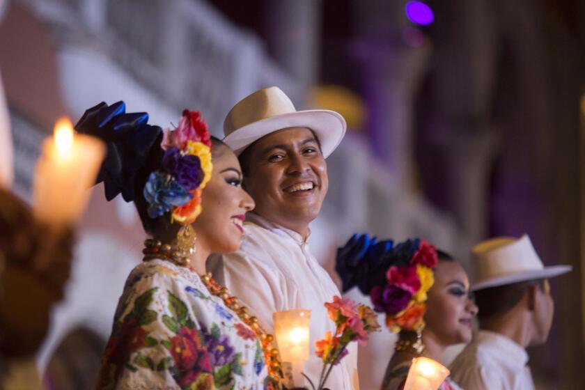 """Decenas de Trovadores y autoridades municipales participan de cantarle """"Las mañanitas"""" a la ciudad de Mérida, del estado mexicano de Yucatán, hoy, viernes 6 de enero de 2017, en el marco del inicio de los festejos por haber sido nombrada la Capital Americana de la Cultura 2017"""