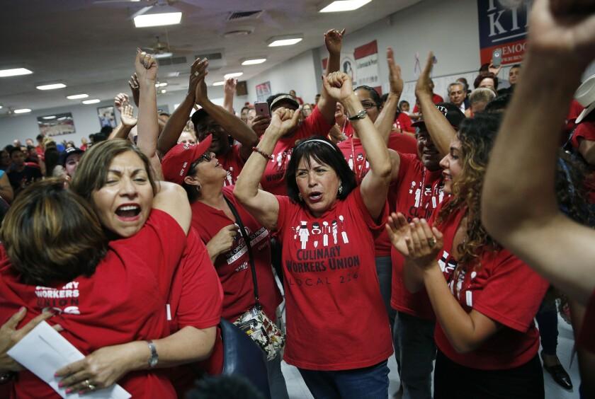 En esta imagen, tomada el 14 de junio de 2016, miembros del sindicato Culinary Union Local 226 celebran los resultados de una elección en Las Vegas. La mitad de los asociados al sindicado, donde predominan los migrantes, son latinos y el grupo ha conseguido convertir a personal de servicio, cocineros y limpiadores en una potencia electoral en la ciudad. (AP Foto/John Locher)