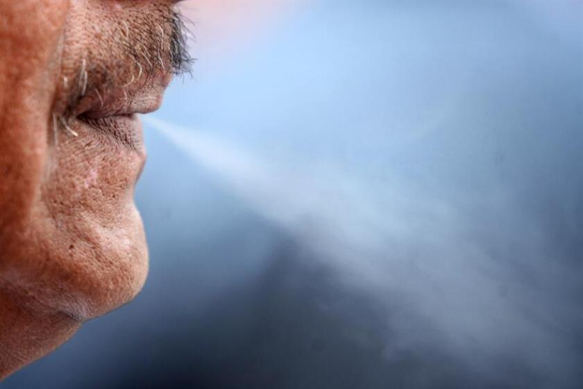 Una persona fuma un cigarrillo de tabaco en la Ciudad de México. EFE/Archivo
