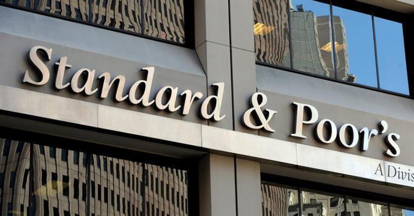 Fotografía que muestra la fachada de la agencia de calificación Standard & Poor's en Nueva York. EFE/Archivo
