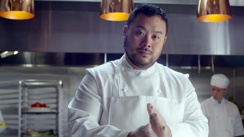 """Fotografía cedida donde aparece el chef David Chang que estrena este viernes en Netflix """"Ugly Delicious"""", un programa que, a través de la gastronomía, pretende derribar muros culturales y sacudir el racismo que corroe a la sociedad, incluido a él mismo, que durante años se sintió acomplejado por la comida que se cocinaba en su casa, y que intentó disfrazar con milongas. EFE/Netflix/SOLO USO EDITORIAL/NO VENTAS"""