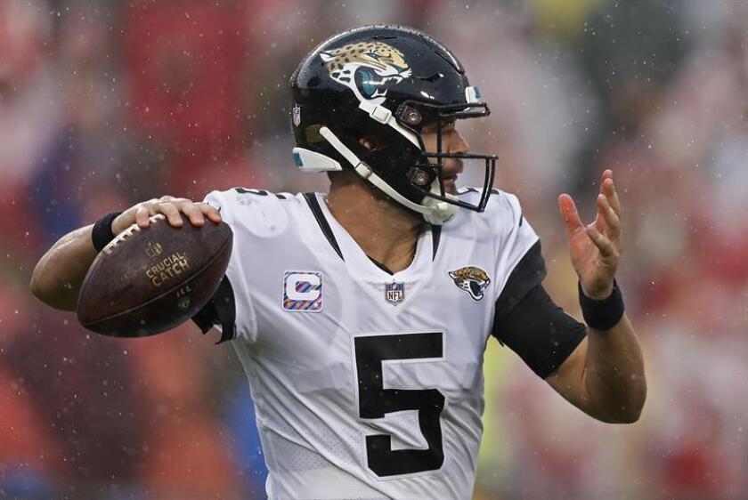 Bortles, tercero en la selección general en el Draft 2014 de la NFL, de regular desempeño, como el del equipo, dejó un registro de 24 victorias y 49 derrotas en los partidos que comenzó como titular. EFE/Archivo