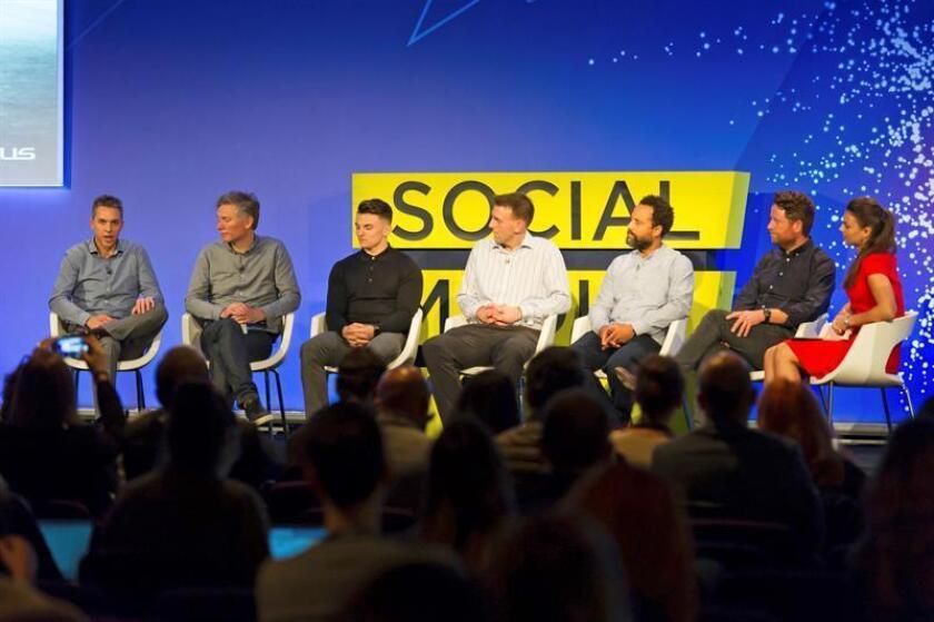 El director de Lexus Michael Tripp (i), acompañado por el equipo de comunicaciones Lexus Europa, el oscarizado director Kevin Macdonald (2i); el especialista en IA de IBM, Reece Medway (3i); el líder creativo de la agencia de publicidad T&P, Dave Bedwood (2d); y Will Nutbrown (c) y Alex Newland (3d) de Visual Voice, junto a la moderadora Kate Levchuk (d), hoy durante su participación en la Social Media Week de Londres en la que el grupo analiza cómo el hombre y la máquina pueden trabajar juntos para ampliar los límites de la creatividad tal como lo conocemos. EFE