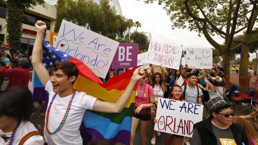 En medio de un ambiente claramente festivo y de reivindicación de respeto y tolerancia para todos, el recuerdo al medio centenar de fallecidos y los 53 heridos en el Club Pulse de Orlando sobrevoló las calles de West Hollywood.