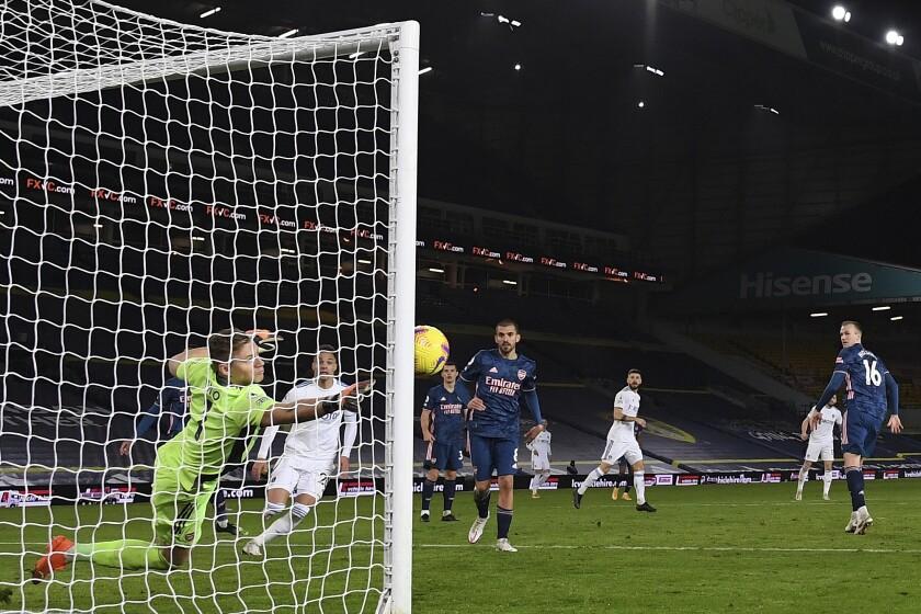 El guardameta alemán Bernd Leno, del Arsenal, ataja un disparo del delantero brasileño Raphinha, del Leeds United, cerca del final del partido de la Liga Premier en el Estadio Elland Road de Leeds, Inglaterra, el domingo 22 de noviembre de 2020. (Michael Regan/Pool vía AP)