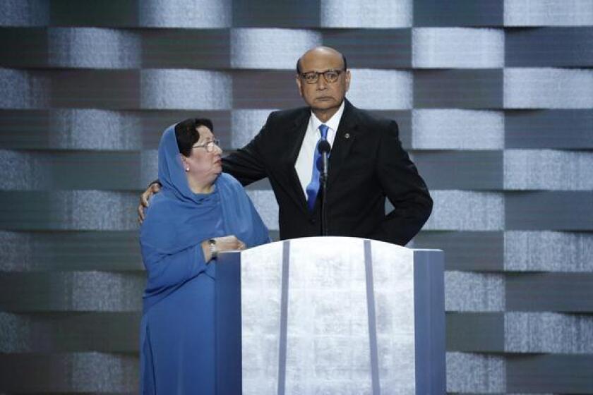 """""""Usted no ha sacrificado nada ni a nadie"""", afirmó durante la Convención Demócrata el abogado Khizr Khan, cuyo hijo, Humayun, capitán del Ejército de EE.UU., murió por un coche bomba en 2004 en Irak."""