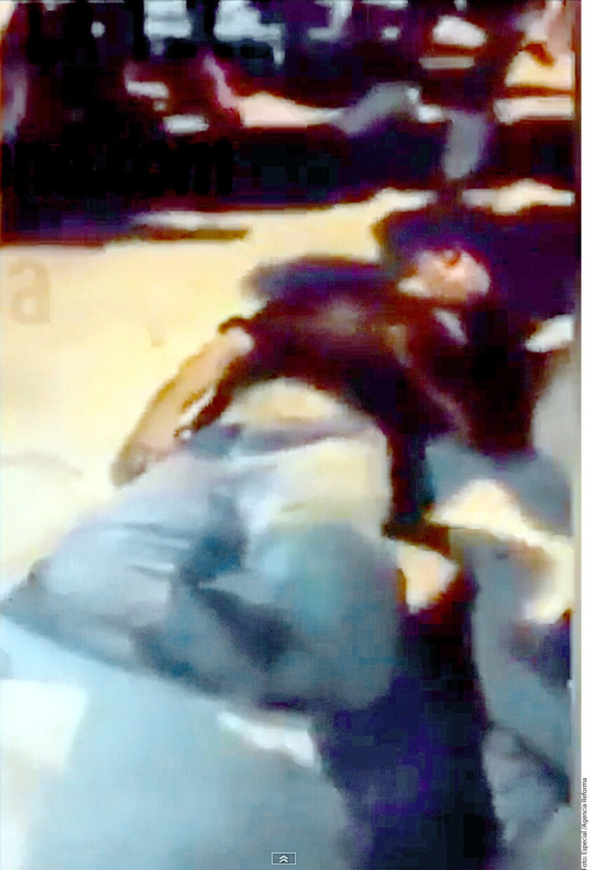 En un video publicado en redes sociales se observa cómo el sujeto, quien no ha sido identificado, trató de esconderse debajo de una camioneta, pero es arrastrado con violencia y sometido a golpes y patadas hasta quedar inconsciente.