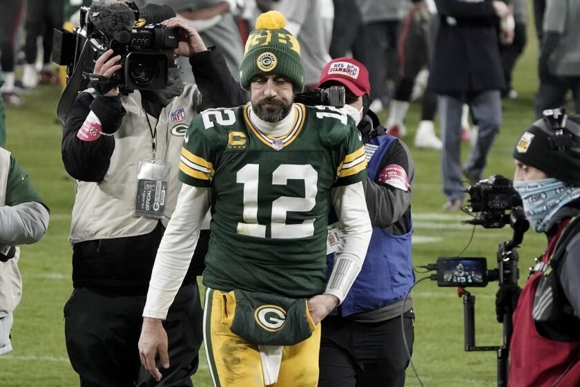 ARCHIVO - En esta foto de archivo del 24 de enero del 2021, el quarterback de los Packers de Green Bay, Aaron Rodgers, abandona el campo tras perder el juego del campeonato de la Conferencia Nacinal (NFC) ante los Buccaneers de Tampa Bay.(AP Foto/Morry Gash, Archivo)