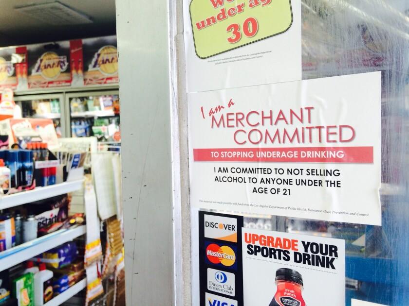 En las puertas de los negocios participantes se puede leer un letrero que advierte que no se venderá alcohol a menores de edad.